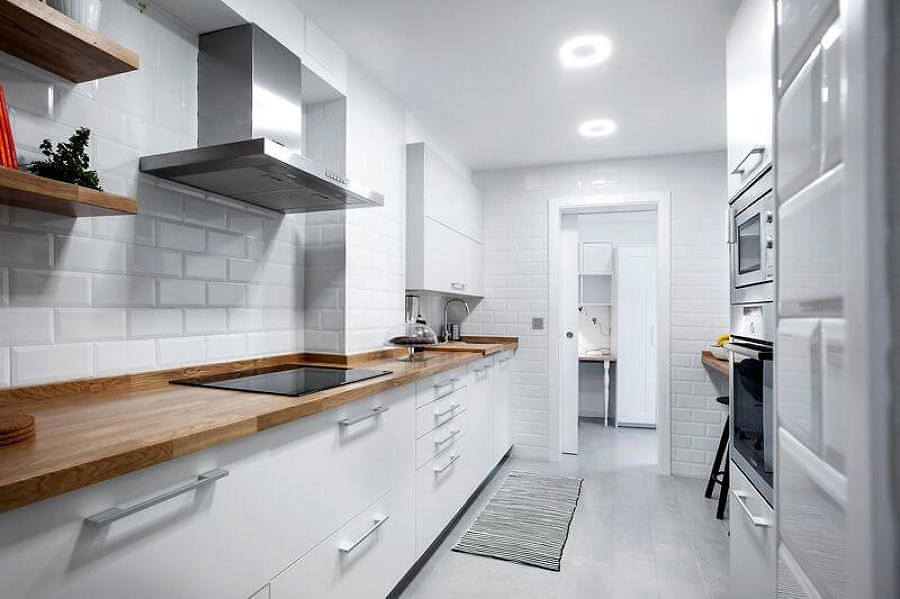 Foto Cocina Remodelada en Color Blanco con Pared de