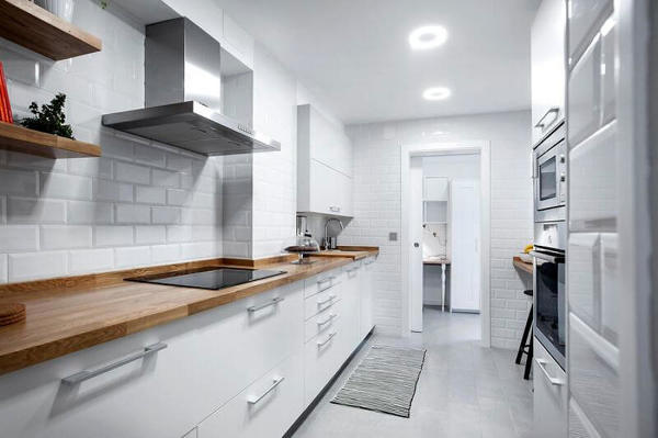 Foto Cocina Remodelada en Color Blanco con Pared de