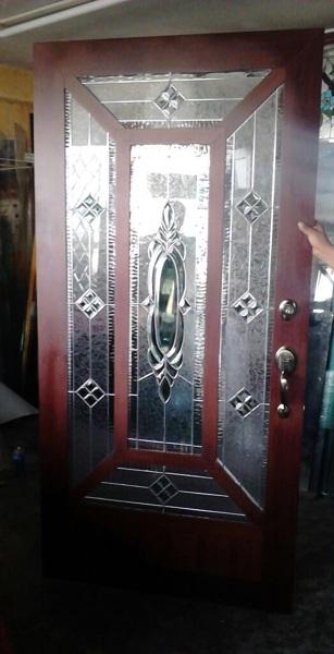 Foto Puerta Aluminio Color Madera con Vitral de Crismar