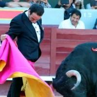 Enrique Ponce toreando de smoking ¿Histórico o un ridículo sublime?