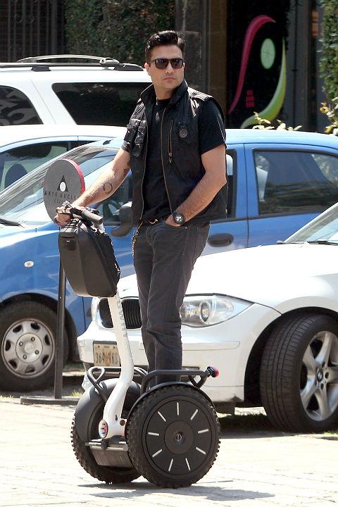 Jaime Camil derrocha estilo y disfruta del verano sobre ruedas