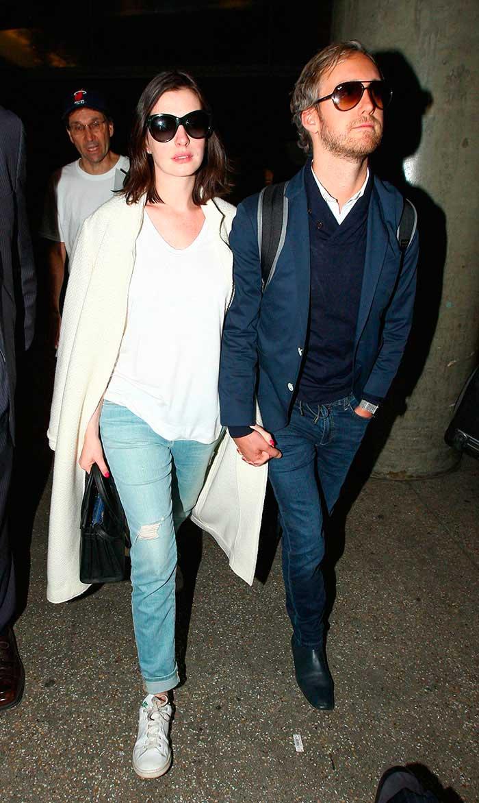 Es nio Anne Hathaway y Adam Shulman reciben a Jonathan