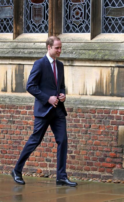 El Prncipe Guillermo de Inglaterra de traje y corbata en