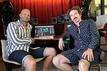 Thomas Barford (t.v.) og Jeppe Kjellberg i studiet. Syrlige minder om stor sync-indtægt og lille ferie.