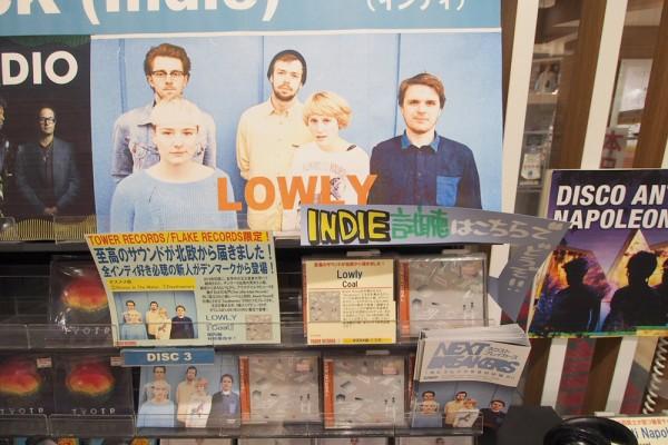 Lowly gjorde store øjne, da de så hvor meget der var gjort ud af udstillingen af deres ep i Tower Records i Tokyo