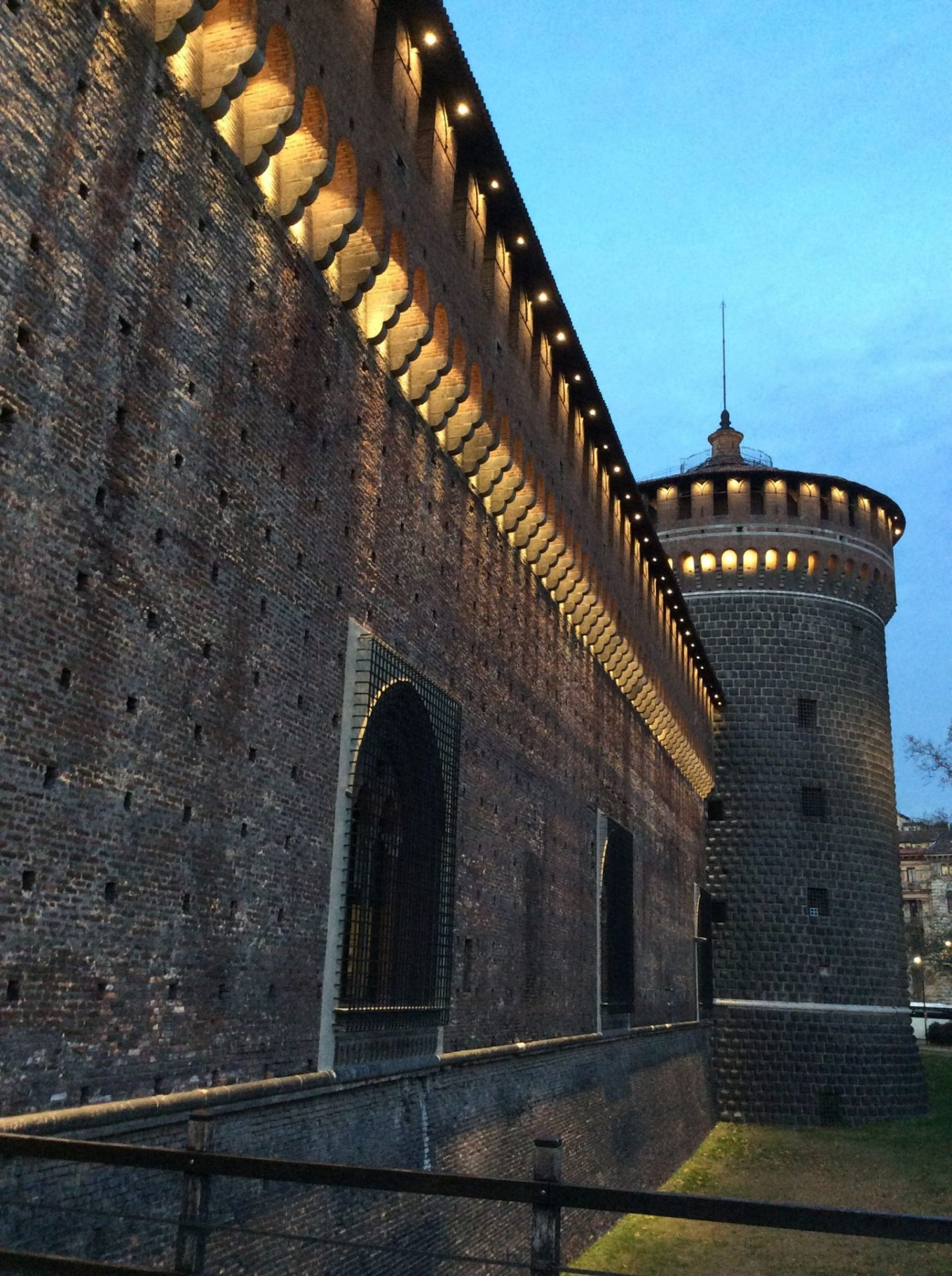 Castle in Milan walls 1440x1928 - The castle in Milan