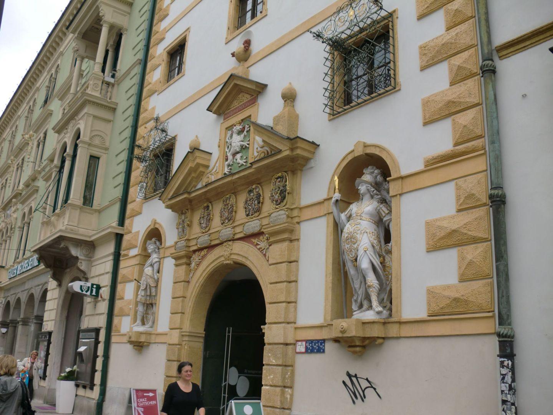 Graz museum entrance 1 - Graz: tradition and modernity