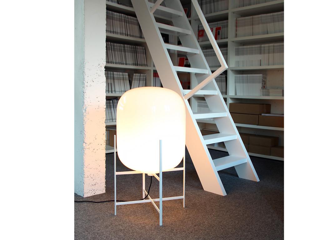 olda le luminaire design sur pieds par sebastian herkner. Black Bedroom Furniture Sets. Home Design Ideas