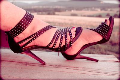High heels auf einer Holzbank