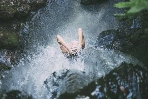 dusche frau wasserfall arme
