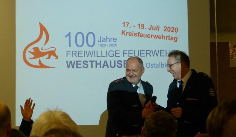 Der Kreisfeuerwehrverbandsvorsitzende Klaus Kurz freut sich dem stellvertretenden Kommandanten Horst Stuber über die Entscheidung zur Ausrichtung eines Kreisfeuerwehrtages 2020