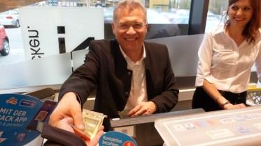 Auch beim Rückgeld verzählt sich Bürgermeister Gunter Bühler nicht