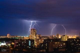 Разряд молнии над городом