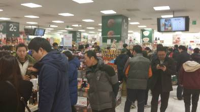 I was picking up dry cleaning (in the basement of the Emart mega-store) at 10pm and there was a rush to buy special chocolate...for white day. A day to make up for a poor valentine day gift.