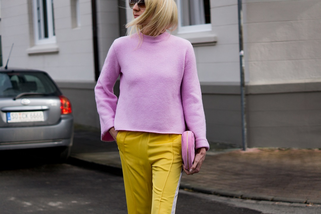 Baum und Pferdgarten yellow pants and pink sweater