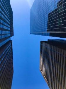 大手町ビル群と青空