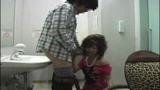 黒ギャルママがトイレでフェラ抜き援助!子供が泣いている横でちんぽをしゃぶるクズ嫁