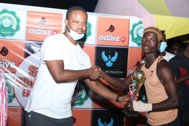 Nunu receiving Best Goal award
