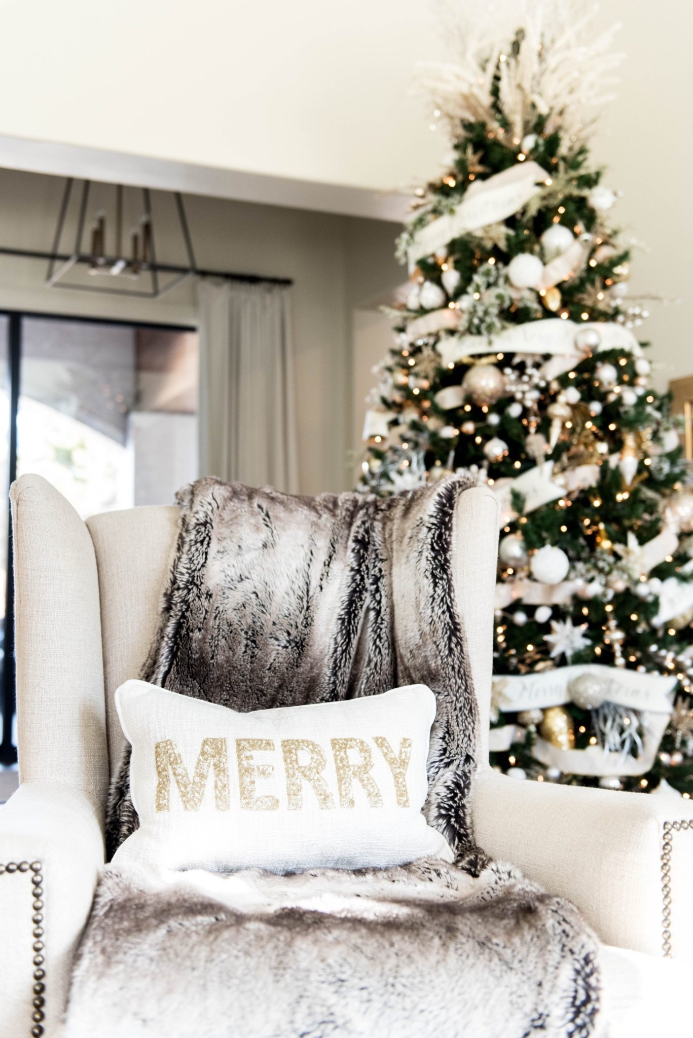 20/05/2021· pick a few bold colors to focus on (like green and purple) and a couple of easy neutrals (like white and beige) to balance the brighter choices. All White Christmas Decor Ideas That Don't Look Boring At All