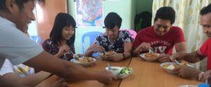 教室での食事風景