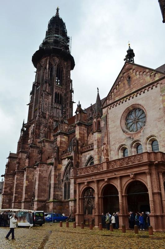 Freiburg ၿမိဳ႕လည္က Freiburger Münster ( Freiburg Cathedral ) ။