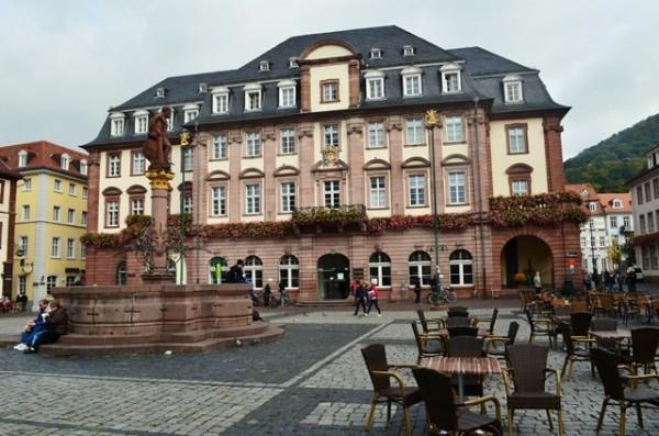 Heidelberg ၿမိဳ႕လည္ က ရင္ျပင္က်ယ္ ႏွင္႕ အေဆာက္အဦးေတြ ။