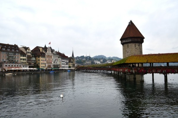 Lucern Lake ကန္ကို ျဖတ္ေဖါက္ထားတဲ႕ ေ႐ွးေဟာင္း The Chapel Bridge ( Kapellbrücke ) တံတား ။