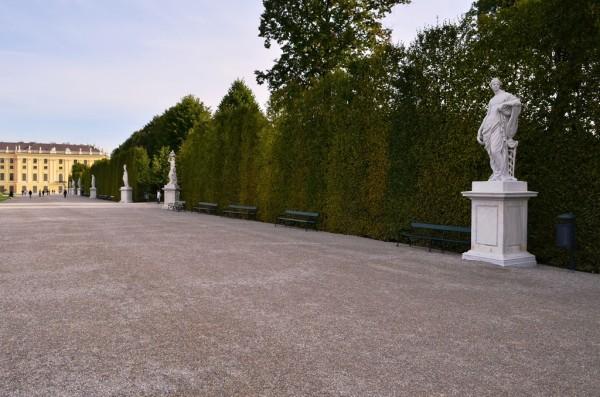 Schönbrunn နန္းေတာ္ ဝင္းထဲက ေက်ာက္႐ုပ္တုေတြ ။