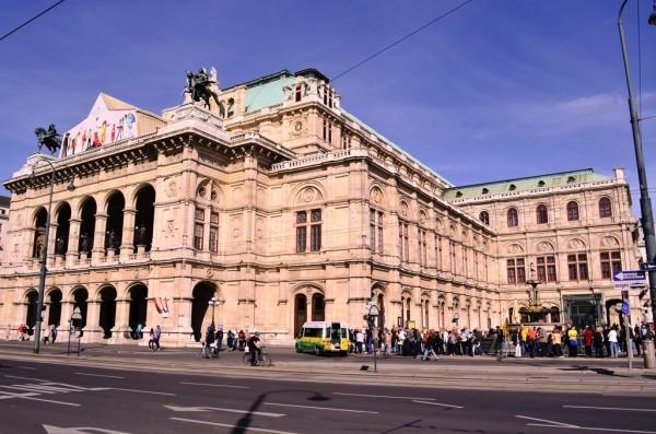 The famous Opera House ( အမ်ိဳးသား ကဇတ္႐ံု ), Vienna ။