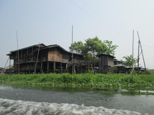 ပံု (၇) ကၽြန္းေမ်ာမ်ားနဲ႔ လူေနအိမ္မ်ား