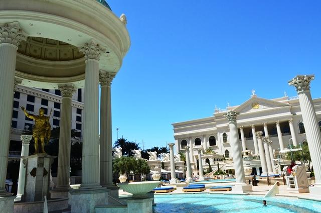 14 Caesars Palace Hotel ရဲ႕ ေရကူးကန္ေဘးမွာ သြားထိုင္နားရင္း ေစာင္႕ေနလိုက္တယ္ ။