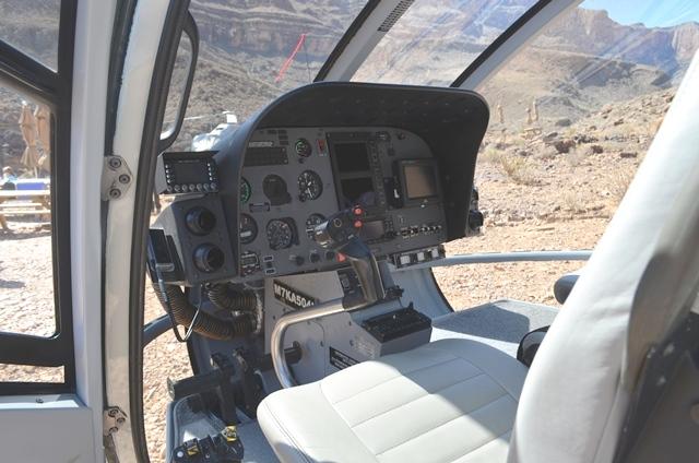 16 ရဟတ္ယာဥ္ ေမာင္းတဲ႕ ေနရာ Cockpit ။