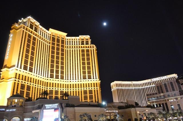 17. Las Vegas Strip ရဲ႕ နာမည္ေက်ာ္ Night View 4 ။