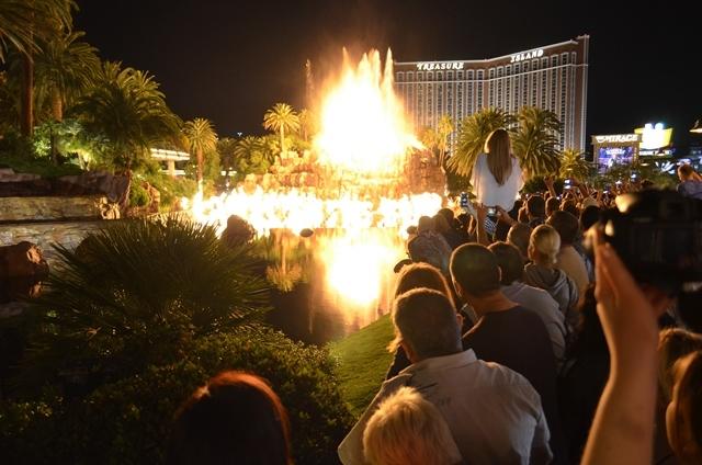 17. Mirage Hotel ေ႐ွ႕က ေရကန္ထဲမွာ မီးေတာင္ ေပါက္ကြဲပံု ျပကြက္ ။