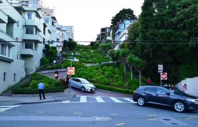 18. ဒါက အေကြ႕ ၈ ခု႐ွိတဲ႕ Lombard Street ကို ေအာက္ဘက္က ျပန္ ႐ိုက္ထားတာ ။