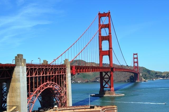 19. ဒါကေတာ႕ နာမည္ေက်ာ္ Golden Gate Bridge ကို အနီးက႐ိုက္ထားတာပါ ။