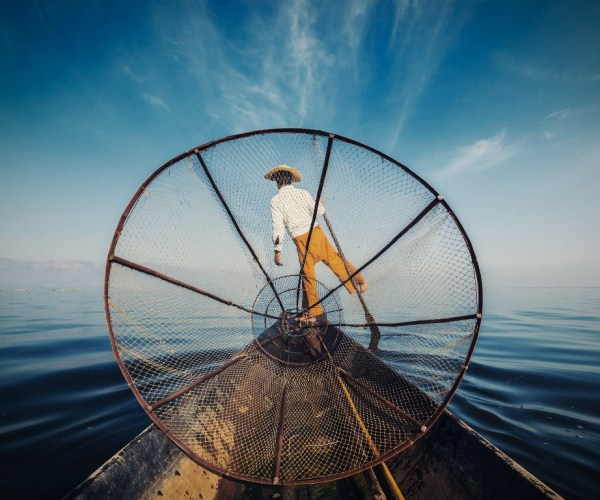 traditional-burmese-fisherman-at-inle-lake-D2EL9JU