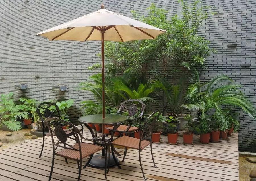 patio umbrella from spinning