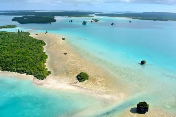 how many islands in the bahamas
