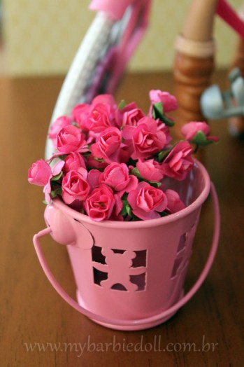 """Esse """"baldinho"""" com flores é meu mesmo, não veio com boneca nem com bicicleta não... rs  Crédito da imagem: Samira   www.mybarbiedoll.com.br"""