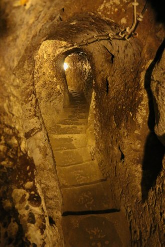 Treppenhaus, bis zu 10 Stockwerke unter der Erde