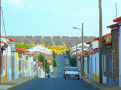 Ruas da Vila de Amareleja em Moura - Portugal - ao Fundo os Painéis Fotovoltaicos