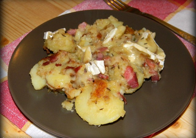 Cartofi rumeniti cu bacon si branza cu mucegai alb