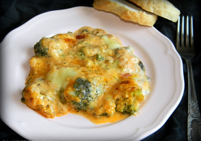 Sufleu de broccoli cu cascaval, mozzarella si branza cu mucegai