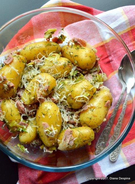 Salata calda de cartofi noi cu bacon