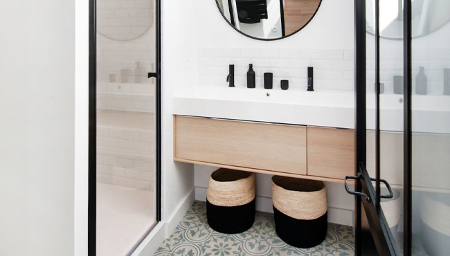 moderne dans une petite salle de bain
