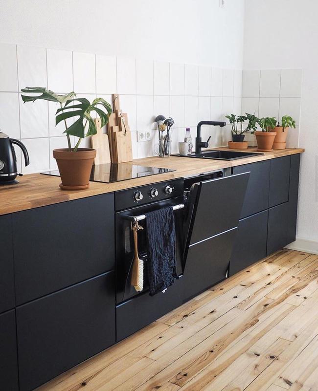 noir et bois dans la cuisine