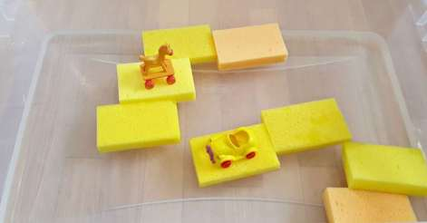 toddler water play with sponges feature