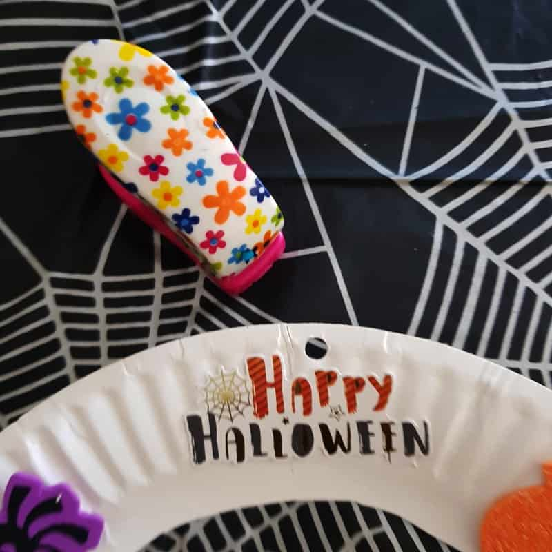 easy halloween sticker wreath for toddlers step 5