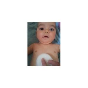 bébé avec éponge konjac